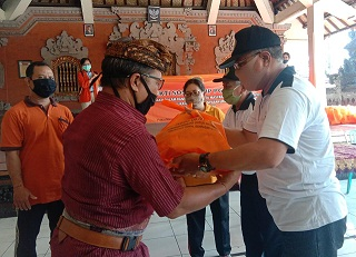 REKTOR IKIP PGRI Bali, Made Suarta dan Ketua YPLP IKIP PGRI Bali, IGB Artha Negara menyerahkan bantuan sembako kepada Kelihan Banjar Tegehkuri dan Batanancak. Foto: alt