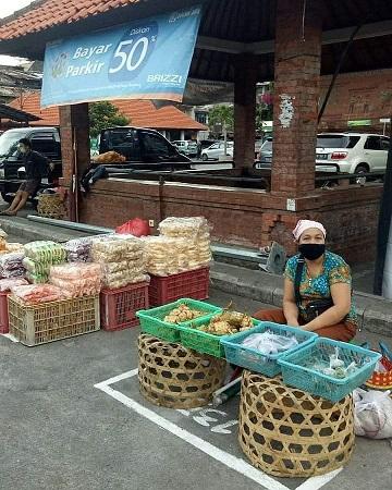 PEDAGANG yang biasanya berjualan di pelataran Pasar Kumbasari dipindah ke pelataran Pasar Badung dan diatur jarak mencegah penularan Covid-19. Foto: ist