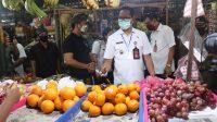 WABUP Badung, Ketut Suiasa memimpin operasi pasar di Pasar Ampera, Desa Ungasan, Kecamatan Kuta Selatan, Rabu (20/5). Foto: ist