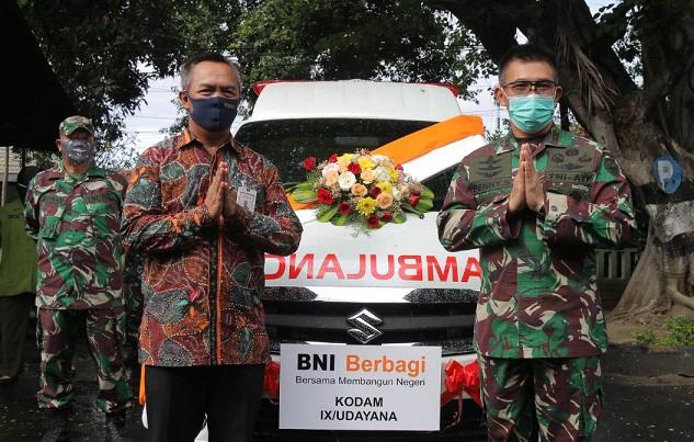 PANGDAM IX/Udayana, Mayjen TNI Benny Susianto, menerima bantuan 1 unit mobil ambulans dari Pimpinan BNI Kanwil Bali, NTB, dan NTT, I Made Sukajaya, di Makorem 163/ Wira Satya, Denpasar, Rabu (20/5).