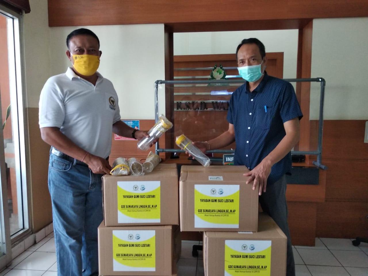 GDE Sumarjaya Linggih alias Demer saat menyerahkan bantuan APD untuk RS Wangaya, Denpasar, Rabu (6/5/2020). Foto: Ist
