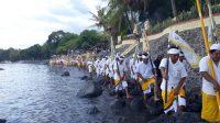 MASYARAKAT adat Batur yang tengah melaksanakan upacara melasti di Pantai Pegonjongan, Buleleng, Januari 2020, sebelum Covid-19 menyebar di Bali. foto: eri