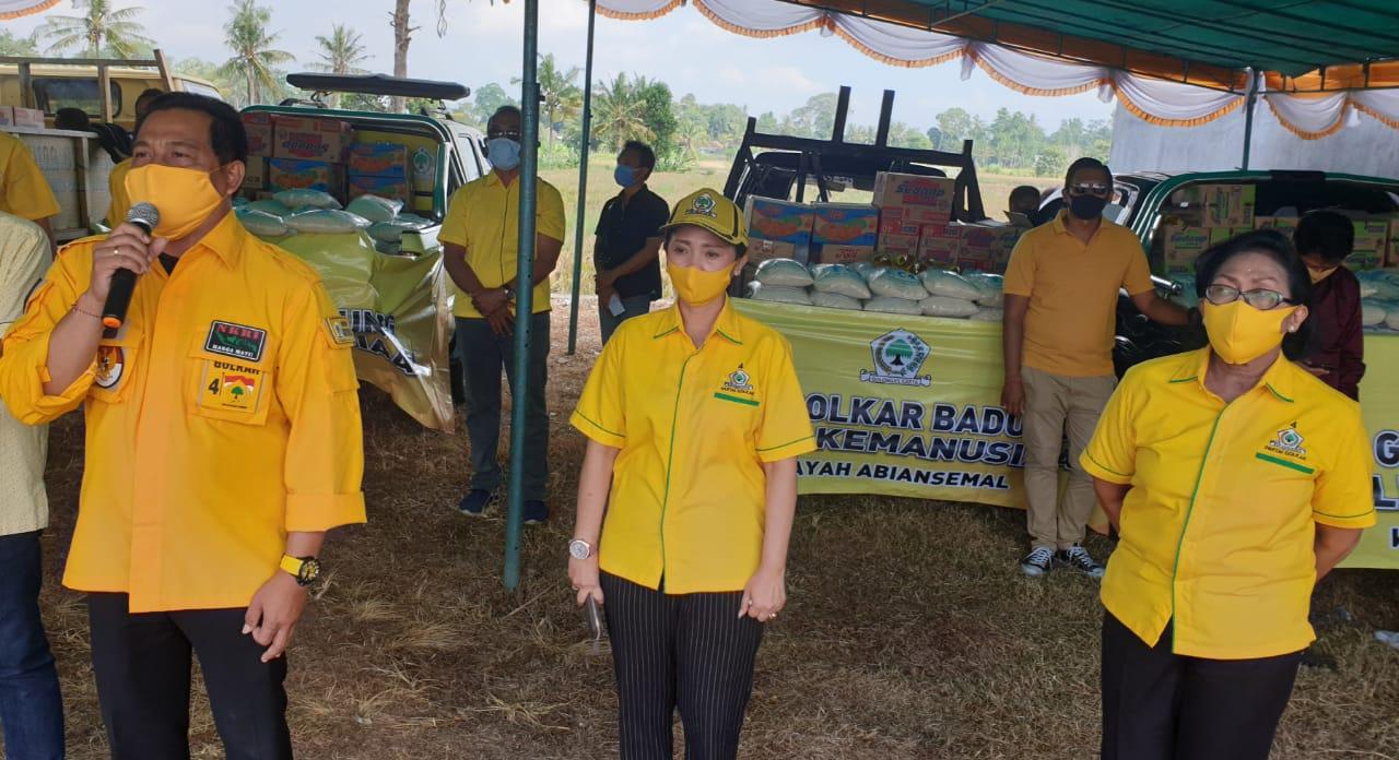 WAYAN Suyasa, Plt Ketua DPD Partai Golkar Badung, saat memberi sambutan dalam penyaluran bantuan sembako berupa 20 ton beras, minyak goreng, mi instan, dan masker untuk masyarakat Badung, Selasa (5/5/2020). Foto: gus hendra