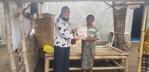 KETUA DPRD Lobar, Hj. Nurhidayah, menyalurkan bantuan kepada masyarakat terdampak Corona di wilayah Gunungsari dan Batulayar.