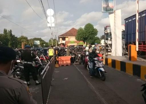 SITUASI di Pelabuhan Gilimanuk yang dipenuhi orang yang hendak menyeberang ke Pelabuhan Ketapang, Banyuwangi, Jawa Timur. Foto: ist
