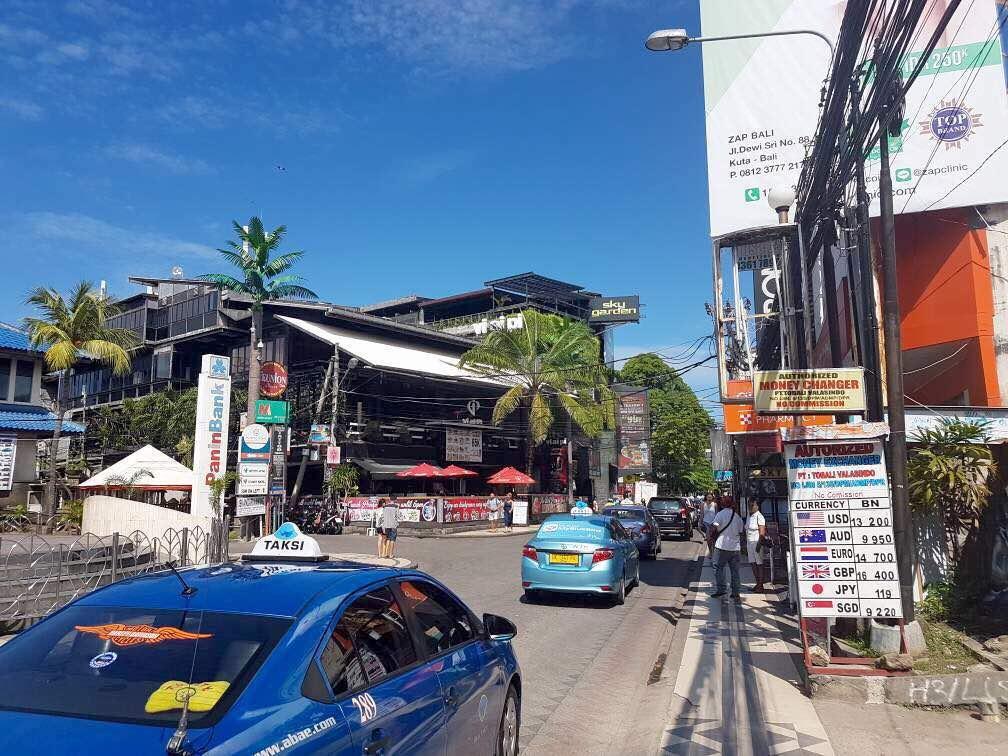 GAMBARAN kondisi di depan Monumen Ground Zero Kuta saat pariwisata Bali sedang normal pertengahan tahun 2017 silam. Minimnya kontribusi investor pariwisata membantu meringankan beban masyarakat saat pandemi Covid-19 menjadi sorotan Fraksi PDIP DPRD Bali. Foto: Ist