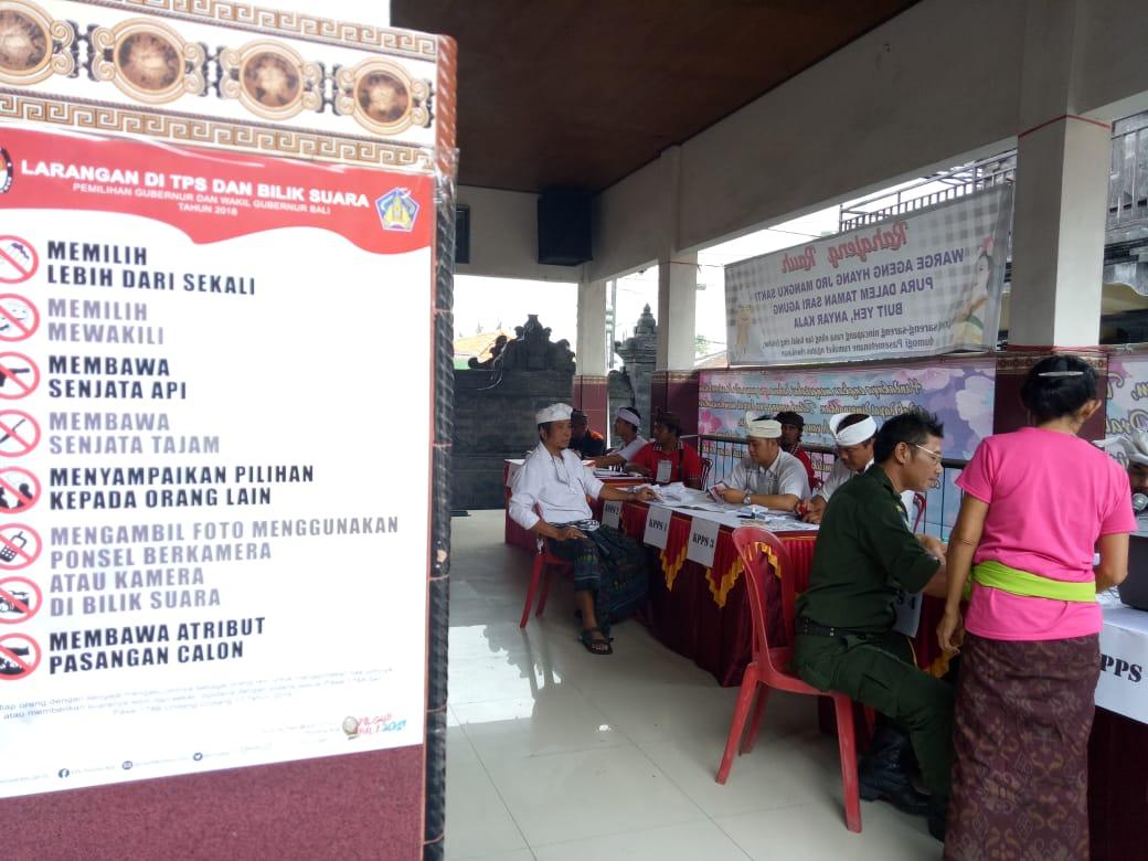 WARGA yang hendak menyalurkan suara mendatangi TPS di Kuta Utara, Badung saat Pilkada 2018 lalu. Untuk menjamin keselamatan, KPU Bali berencana melakukan tes cepat bagi PPK dan PPS yang akan melanjutkan Pilkada 2020. Foto: gus hendra