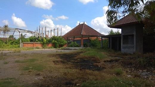 KONDISI proyek Pasar Silakarang, Desa Singapadu, Kecamatan Sukawati, yang mangkrak ditumbuhi semak belukar. Foto: adi