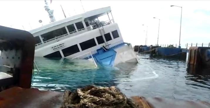 EVAKUASI KMP Dharma Rucitra III yang karam di dekat Dermaga II Pelabuhan Padangbai, Manggis, belum bisa dilakukan hingga, Minggu (14/6). Foto: nad