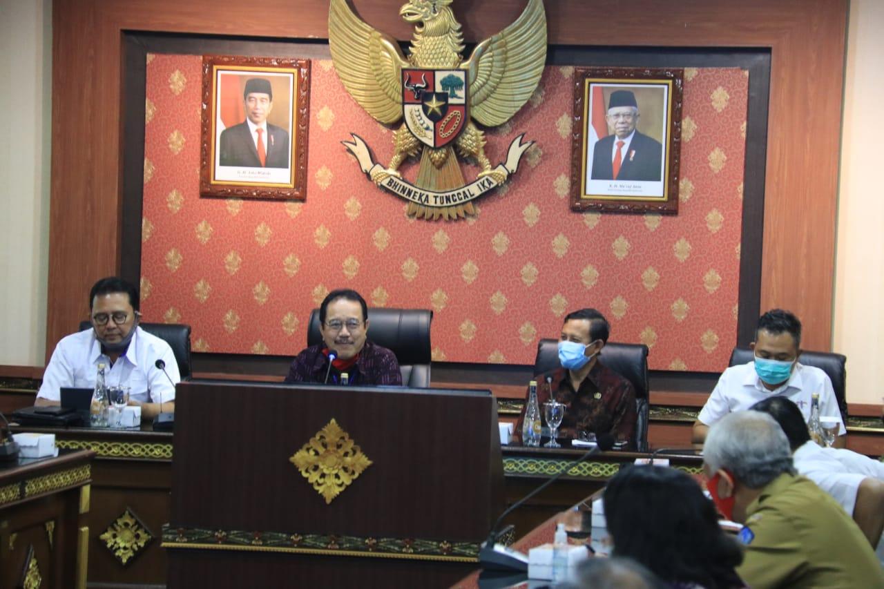 POSBALI/IST Cok Ace saat memimpin rapat Persiapan Protokol Era Baru di Bidang Pariwisata bertempat di Ruang Rapat Praja Sanha, Kantor Gubernur Bali, Denpasar, Senin (29/6).