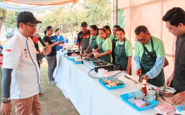 KELAS masak yang diadakan ITDC untuk meningkatkan keterampilan masyarakat pedagang di Nusa Dua. Foto: ist