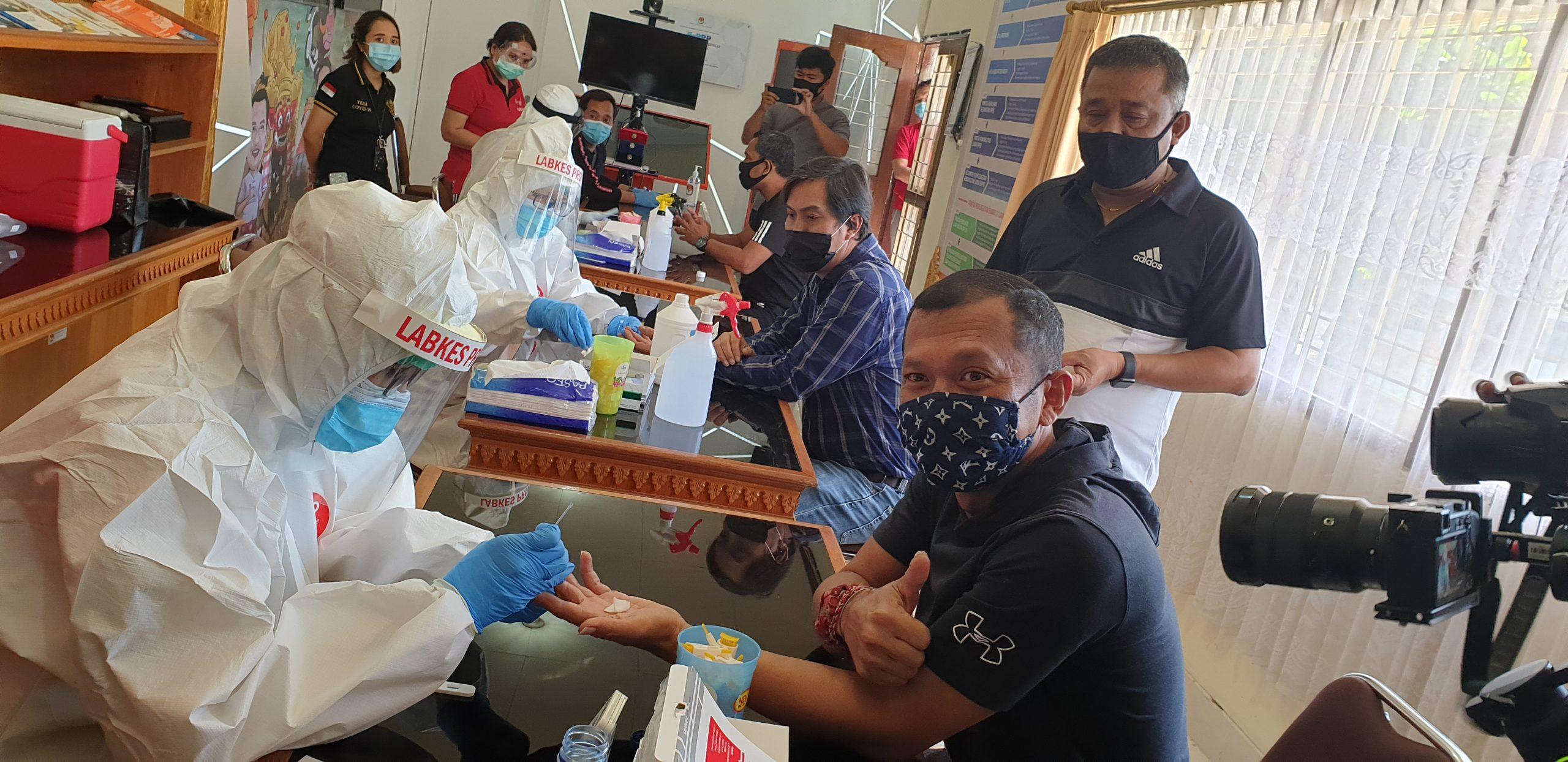 ANGGOTA KPU Bali, I Gede John Darmawan, saat diambil sampel darah untuk tes cepat sebagai skrining awal virus Corona, Jumat (12/6/2020). Tes cepat dilakukan serentak di juga di enam KPU kabupaten/kota yang akan melaksanakan Pilkada 2020, dan semua komisioner dinyatakan nonreaktif. Foto: gus hendra