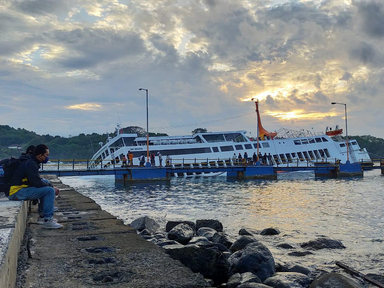 KM Dharma Rucitra III diduga mengalami kebocoran pada bagian lambung,menyebabkan sejumlah kendaraan terjebak di dalam kapal. Foto: ist
