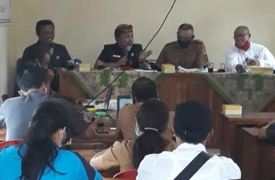 Ket foto:Anggota Komisi 1 DPRD Gianyar, Nyoman Kandel, SH menghadiri Musyawarah Desa (Musdes) Desa Buahan, Kecamatan Payangan - POS BALI/ADI