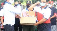 POSBALI/IST Kasat Pol PP, Dewa Darmadi saat menyerahkan bantuan yang diterima Kadis Koperasi UKM dan perdagangan Kabupaten Klungkung Wayan Ardiasa.
