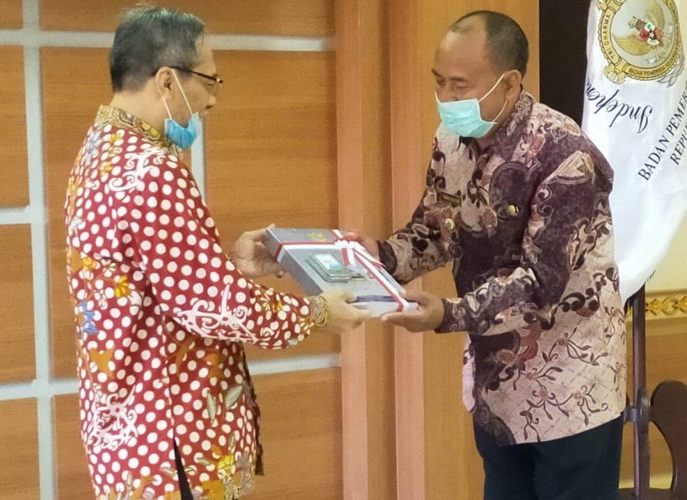 BUPATI Bangli, I Made Gianyar ketika menerima opini WTP dari BPK Perwakilan Bali, Jumat (12/6). Foto: ist