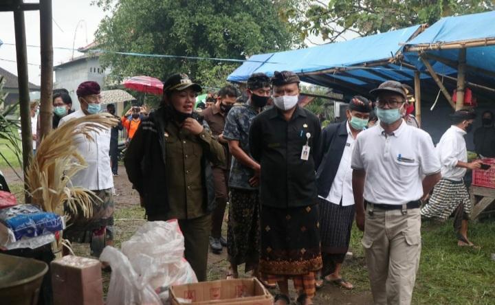 Foto: KARANGASEM POS BALI/NAD BUPATI Mas Sumatri bersama Wabup Artha Dipa memantau pasar tradisional di Kecamatan Rendang.