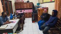 Foto: KASUS KDRT M. Hariadi (kanan), tersangka kasus KDRT saat menjalani pemeriksaan di Polsek Baturiti. Foto: gap