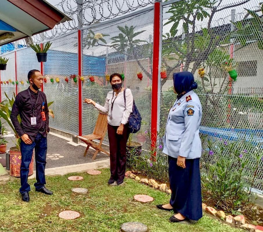 KETUA KPU Badung, I Wayan Semara Cipta, bersama komisioner Nesia Gandi bersama Kalapas Perempuan, Lili, saat kunjungan ke Lapas Perempuan, Senin (29/6/2020). Foto: Ist