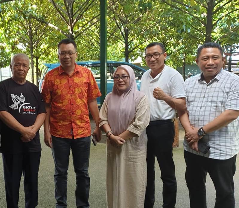 KETUA DPD PDIP NTB, Rachmat Hidayat (kiri), saat bersama Gubernur Zulkieflimansyah dan Putu Selly Andayani, beberapa waktu lalu itu. Foto: fahrul