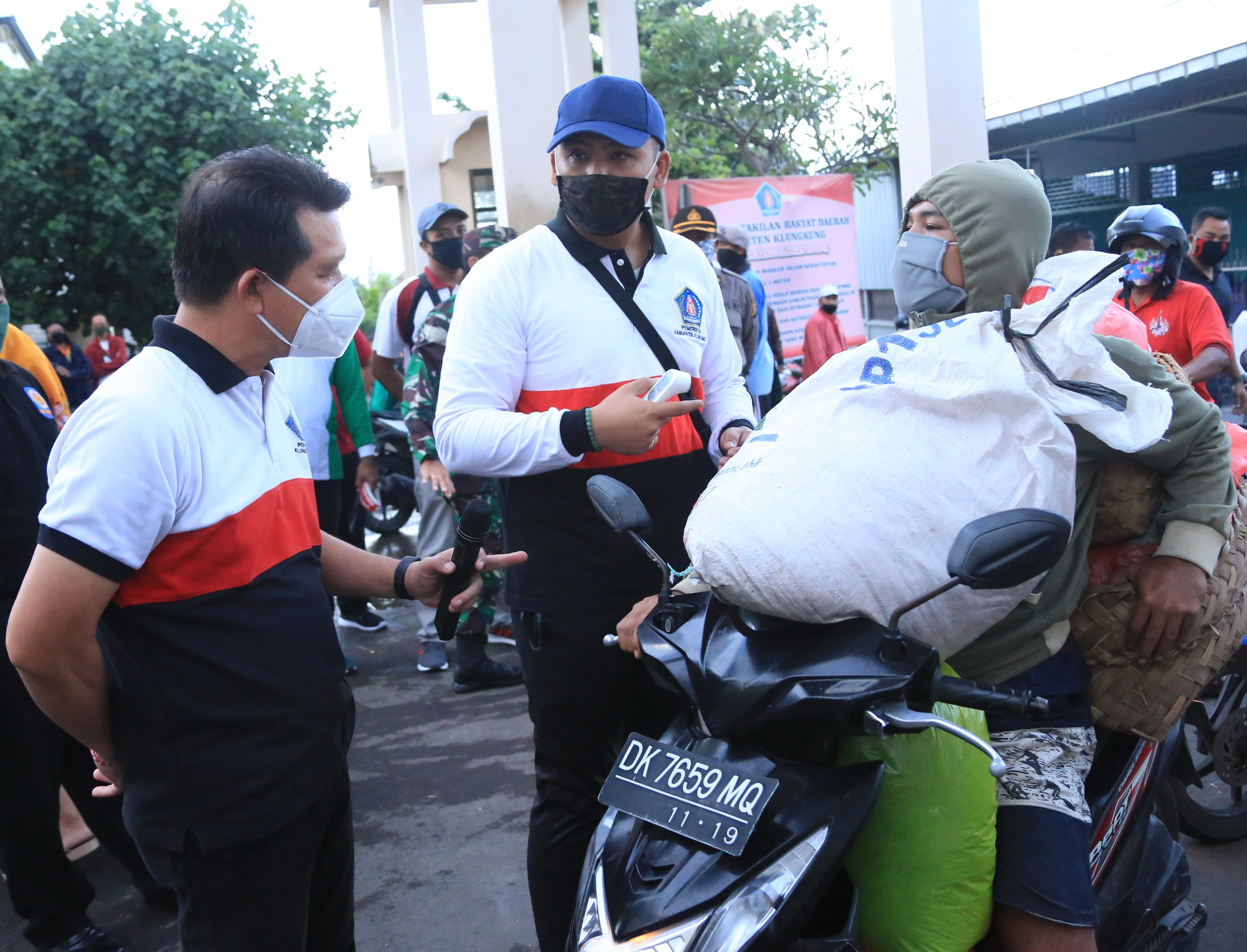 Foto: PASAR GALIRAN POS BALI/BAW PETUGAS melakukan pengawasan di pintu masuk Pasar Umum Galiran, Kamis (25/6).