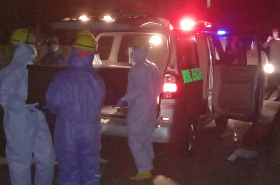 Foto : PENGUBURAN JENAZAH PROSES penguburan jenazah warga Desa Blahbatuh, Kecamatan Blahbatuh, berinisial IMM (46), terduga SARS-CoV 2 (Covid-19) dilakukan sesuai protokol penanganan Covid-19 pada Sabtu (27/6) malam. Foto: ist