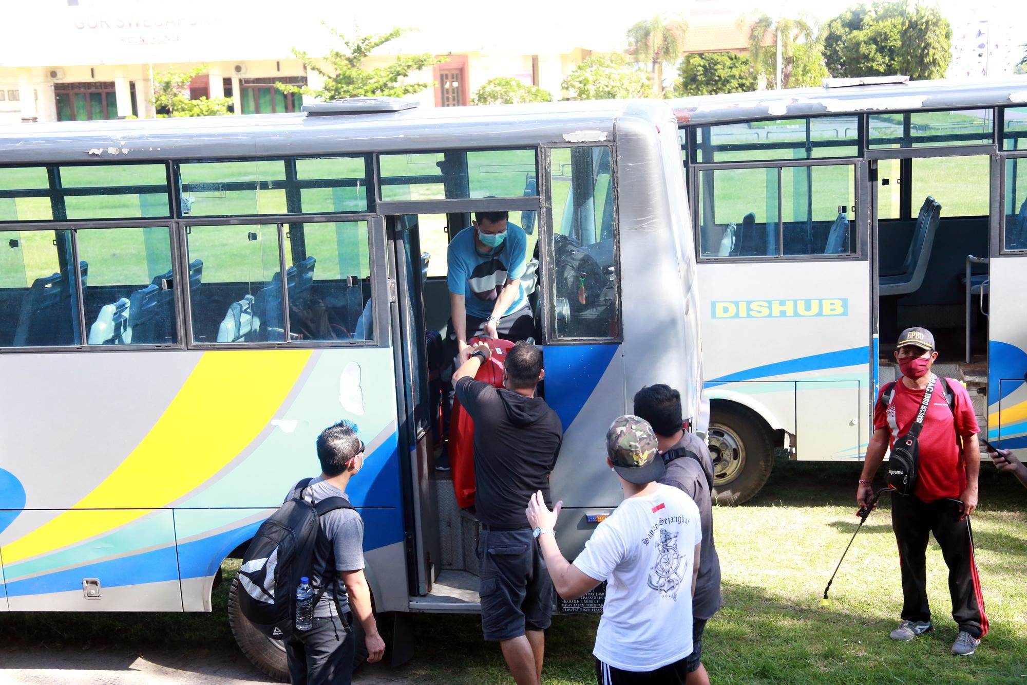 SEBANYAK 14 PMI asal Klungkung menjalani proses pemulangan ke rumah masing-masing di Lapangan GOR Swecapura, Gelgel, pada Minggu (14/6) sore. Foto: ist