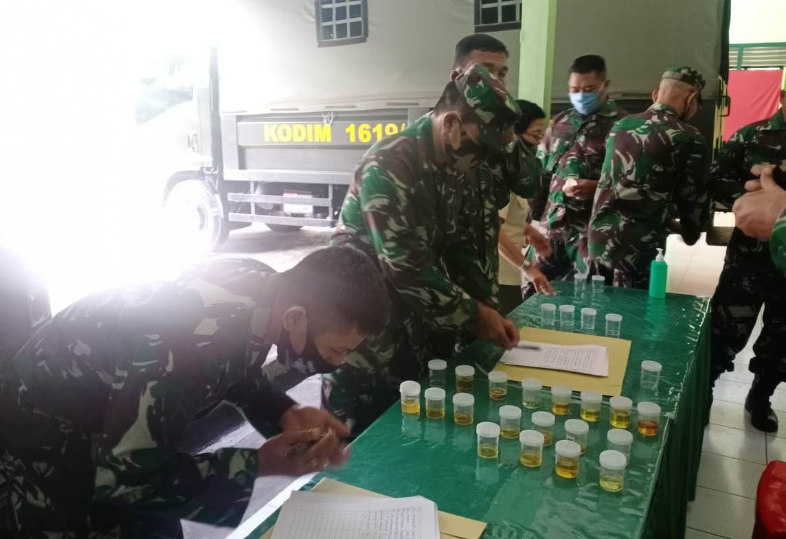 Foto: TES URINE KODIM KODIM 1619/Tabanan menggelar kegiatan P4GN terhadap anggota militer maupun PNS, di Makodim Tabanan, Senin (29/6). Foto: gap