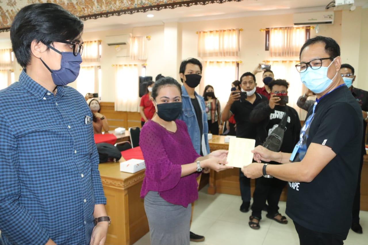 PENYERAHAN insentif dilakukan Wakil Bupati Badung, I Ketut Suiasa secara simbolis kepada 22 orang di Kantor Camat Kuta, Jumat (19/6). Foto: ist