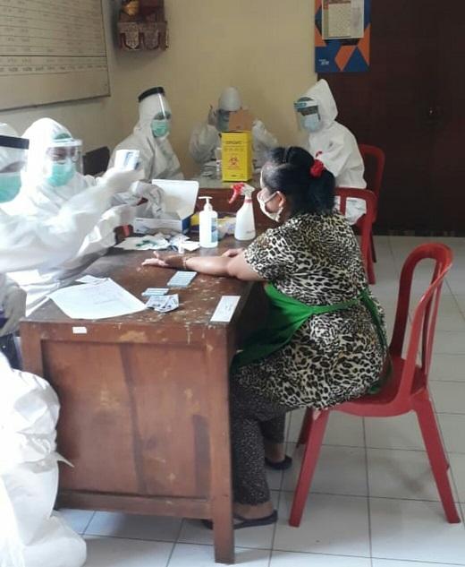 PELAKSANAAN tes cepat di Pasar Adat Ubung, Sabtu (20/6). Foto: ist