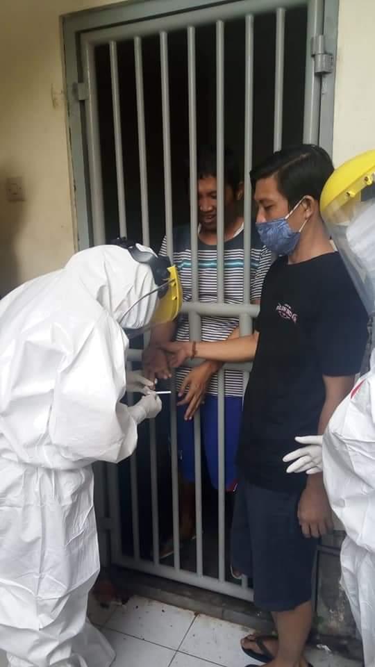 SATPOL PP Kota Denpasar melakukaan tes cepat kepada ODGJ sebelum dikirim ke RSJ Bangli. Foto: ist