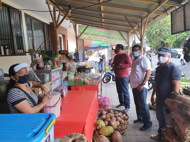 GUGUS Tugas Percepatan Penanganan (GTPP) Covid-19 Denpasar dan Dinas Pemberdayaan Masyarakat Desa (DPMD) Kota Denpasar, gencar melakukan pemantuan dan pembinaan ke pasar desa di Kota Denpasar. Foto: ist