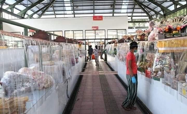SALAH satu pasar rakyat yang telah memasang pembatas plastik adalah Pasar Kertha Waringin Sari Desa Anggabaya, Denpasar Timur. Foto: ist