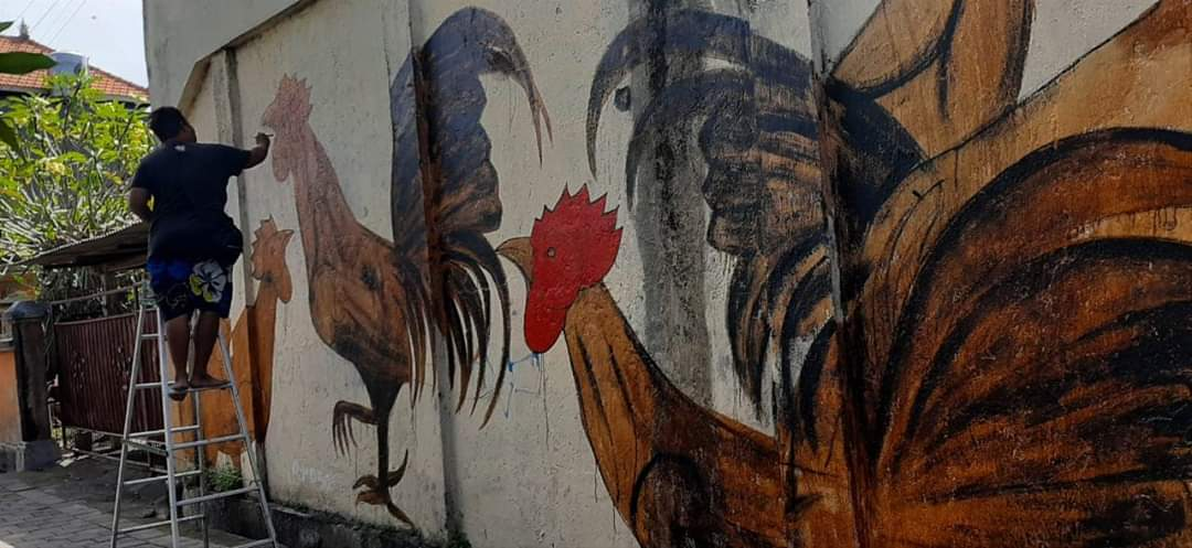 PROSES kreatif pembuatan mural di tembok perupa Made Wiradana di kawasan Jalan Ratna, Denpasar, pekan lalu. Foto: ist