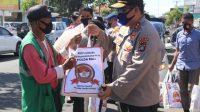 KAPOLDA Petrus Golose menyalurkan bantuan paket sembako kepada masyarakat yang terdampak pandemi Covid-19 di Denpasar, Jumat (26/6/2020) serangkaian HUT ke-74 Bhayangkara. Foto: Ist