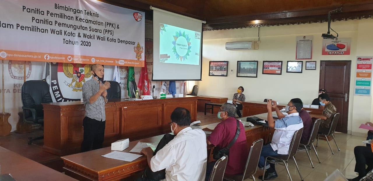 KETUA KPU Denpasar, I Wayan Arsajaya, saat memberi materi dalam bimtek PPK-PPS Kota Denpasar menyambut Pilkada 2020, Minggu (21/6/2020). Foto: gus hendra