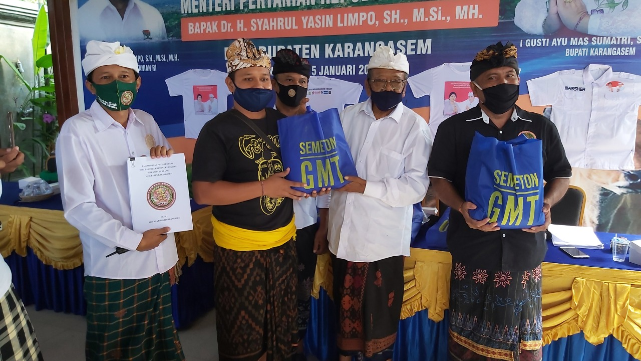 PENANGGUNG JAWAB Semeton GMT, I Gusti Made Tusan, menyerahkan bantuan 22.000 paket sembako untuk warga pasemetonan Prati Sentana Sri Nararya Kreshna Kepakisan (PSSNK) di seluruh kecamatan di Kabupaten Karangasem. Foto: ist