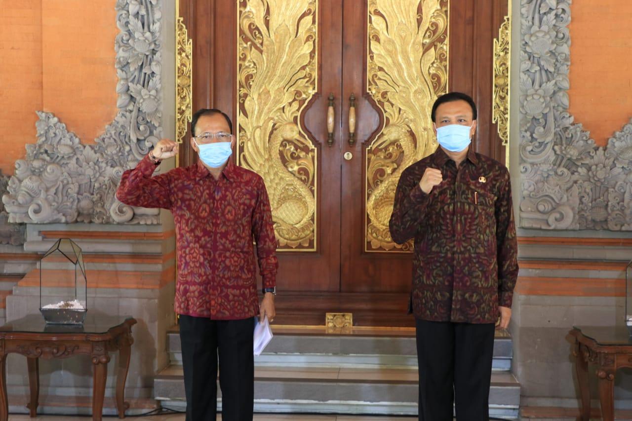 GUBERNUR Koster didampingi Sekda Bali, Dewa Made Indra di Gedung Gajah Jayasabha di Denpasar. Foto : ist