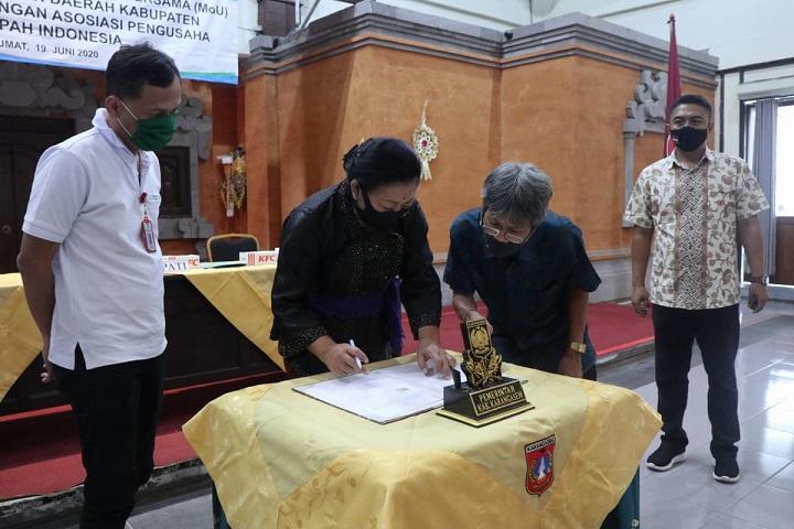 BUPATI Karangasem I Gusti Ayu Sumatri menandatangani kerjasama pengelolaan sampah dengan Asosiasi Pengusaha Sampah Indonesia (APSI). Foto: ist