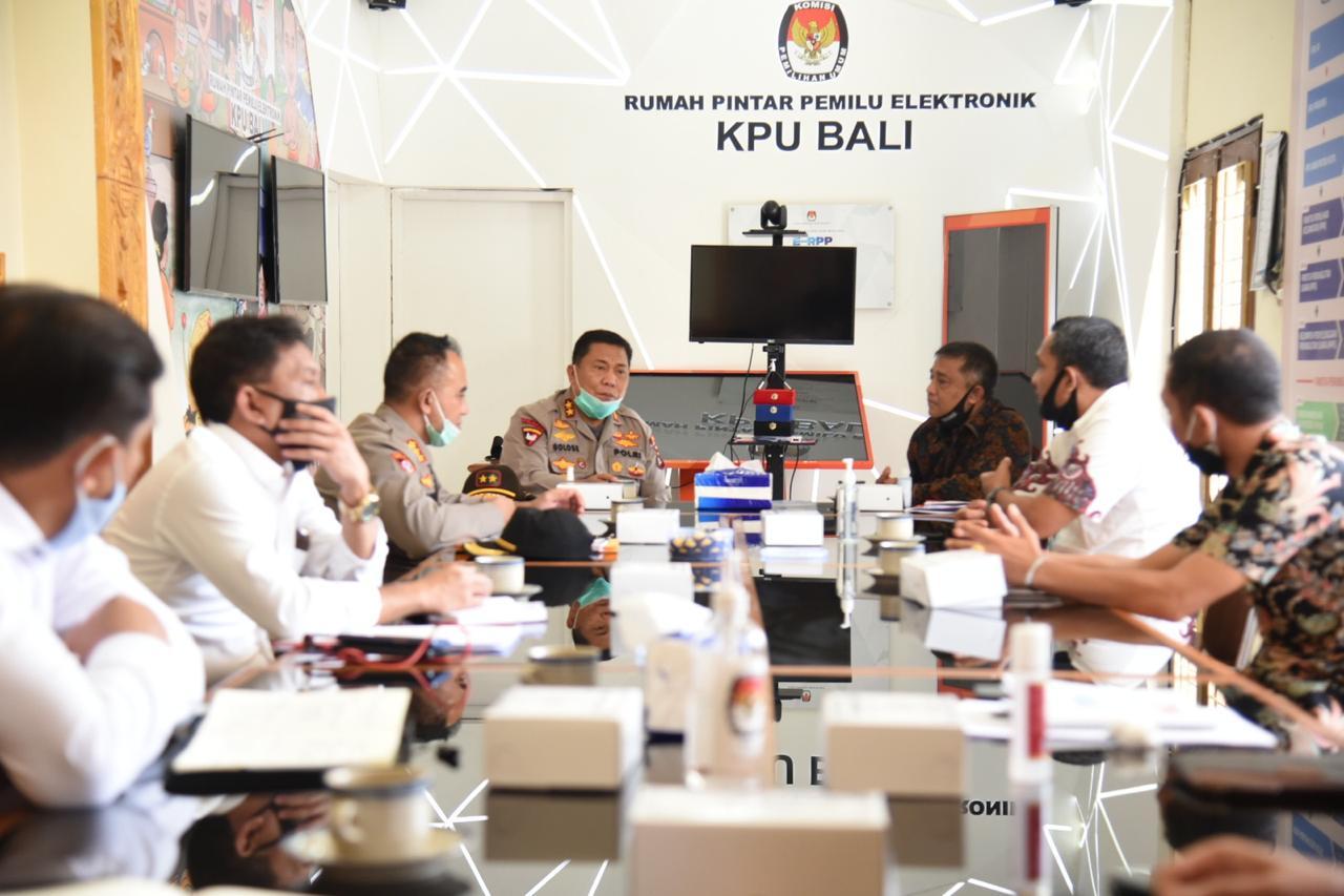 PERTEMUAN Kapolda Bali, Irjen Petrus Reinhard Golose; didampingi para pejabat utama Polda dengan Ketua KPU, I Dewa Agung Lidartawan, didampingi para komisioner membahas persiapan tahapan Pilkada 2020, Rabu (17/6/2020). Foto:Ist