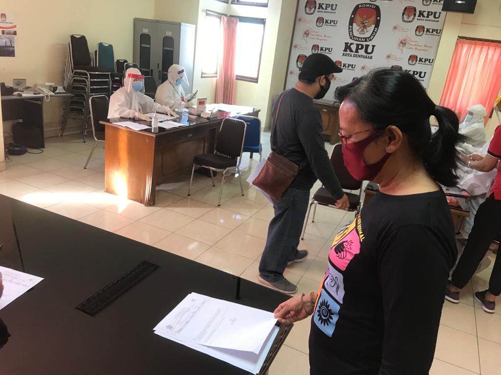 KOMISIONER Ni Ketut Darmayanti Laksmi memeriksa hasil pemeriksaan sampel darah saat tes cepat di KPU Denpasar, Jumat (12/6) kemarin. Foto: gus hendra