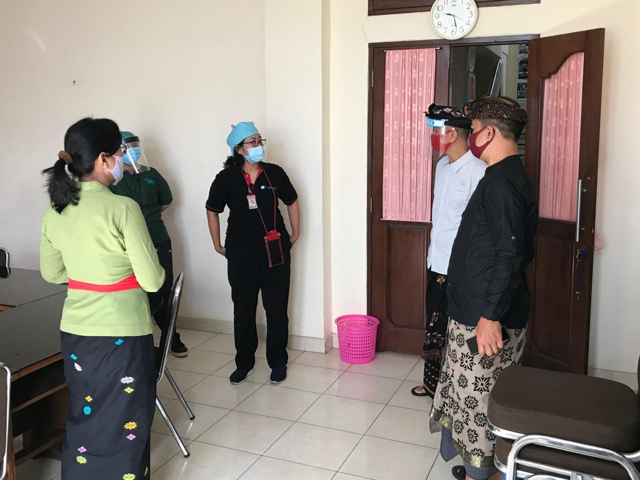 PETUGAS kesehatan dari Puskesmas Dentim saat meninjau ruangan untuk tes cepat jajaran KPU Denpasar, Kamis (11/6/2020). Foto: gus hendra