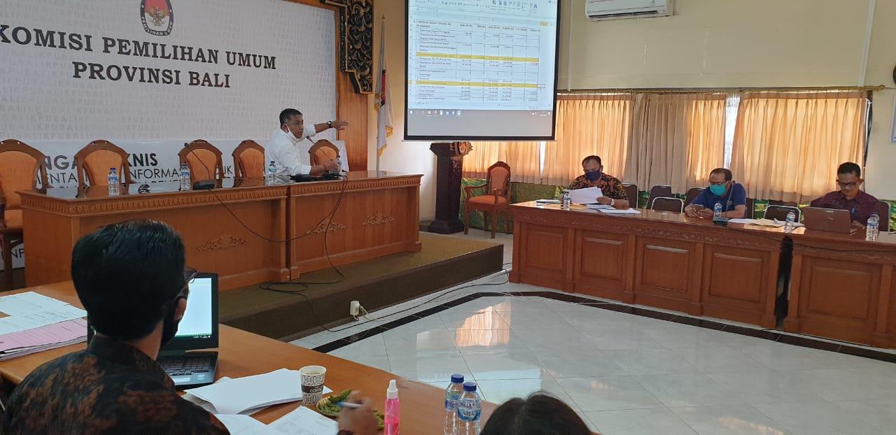 RAPAT membahas anggaran Pilkada 2020 di KPU Bali, Sabtu (6/6/2020). Foto: gus hendra