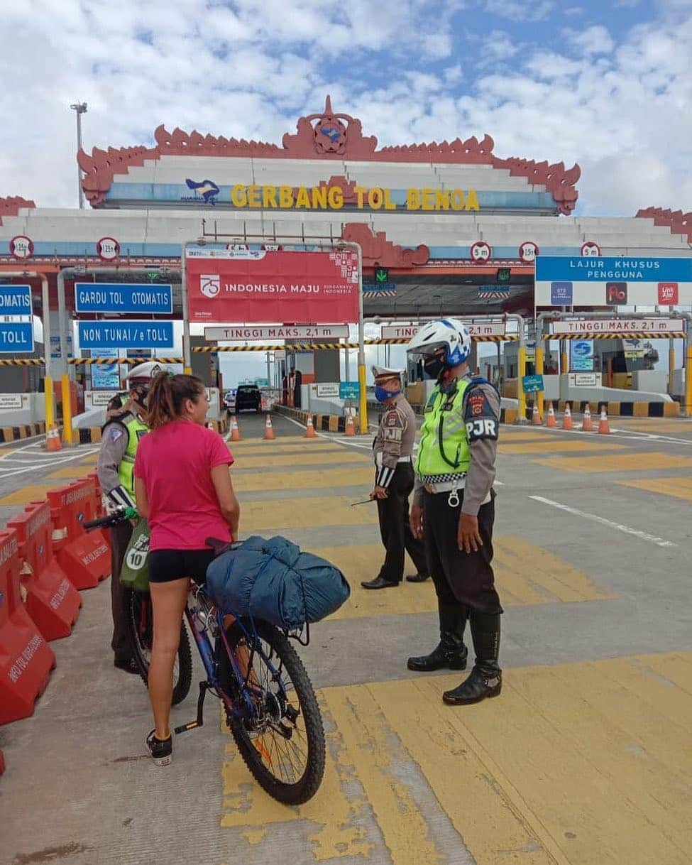 PETUGAS Tol Bali Mandara melakukan edukasi bagi pesepeda yang hendak masuk ke Jalan Tol Bali Mandara. Foto: ist