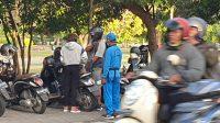 SUASANA di Lapangan Niti Mandala Renon, Denpasar yang ramai dikunjungi warga untuk berolahraga. Belum disiplinnya masyarakat menjalankan protokol kesehatan dapat menjadi pengganggu penerapan kenormalan baru, termasuk untuk sektor pariwisata. Foto: gus hendra