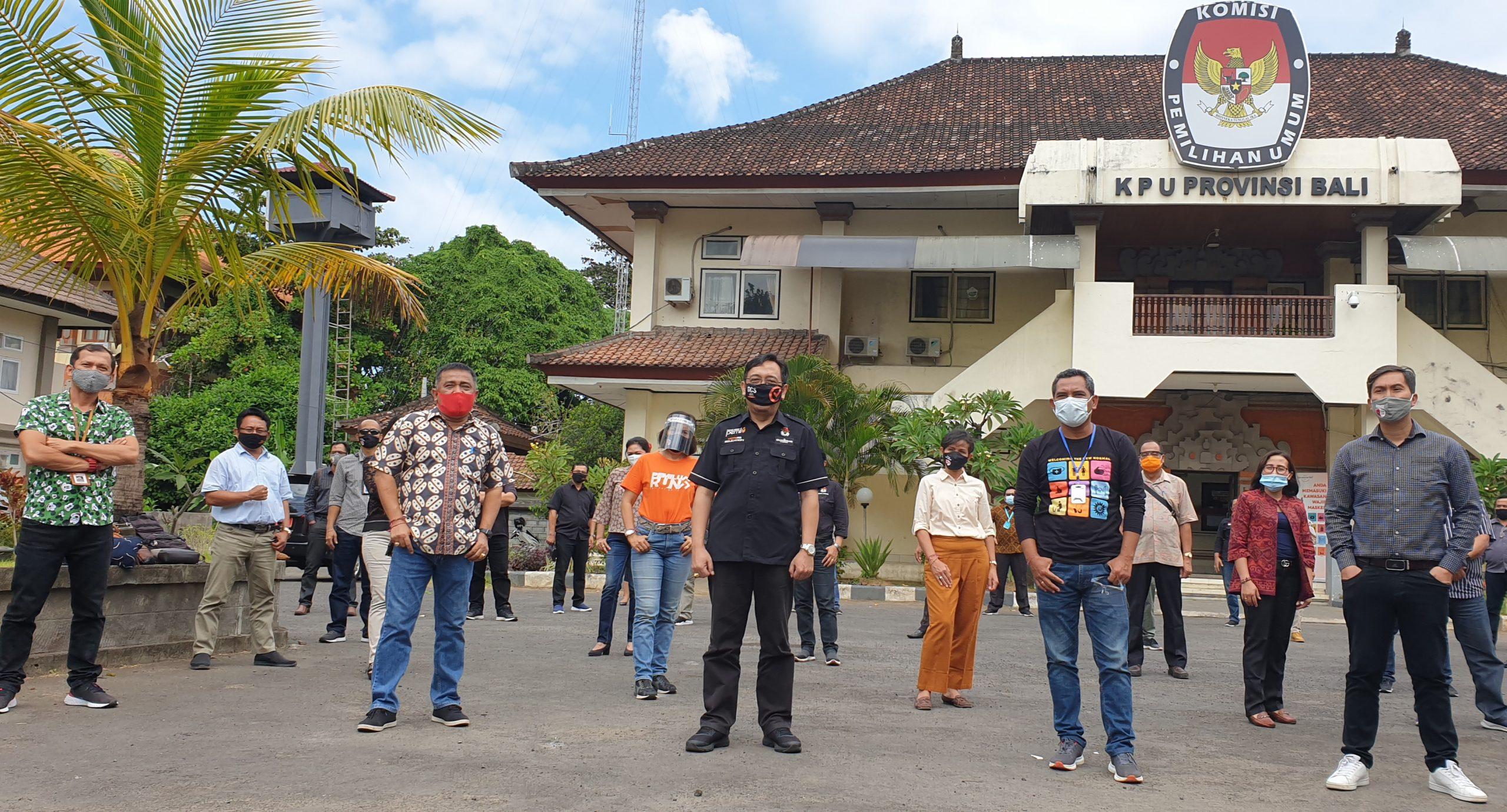 ANGGOTA KPU RI, I Dewa Wiarsa Raka Sandi (tengah), bersama komisioner KPU Bali dan KPU kabupaten/kota yang akan melaksanakan Pilkada 2020 usai rapat koordinasi di KPU Bali, Minggu (19/7/2020). Foto: gus hendra