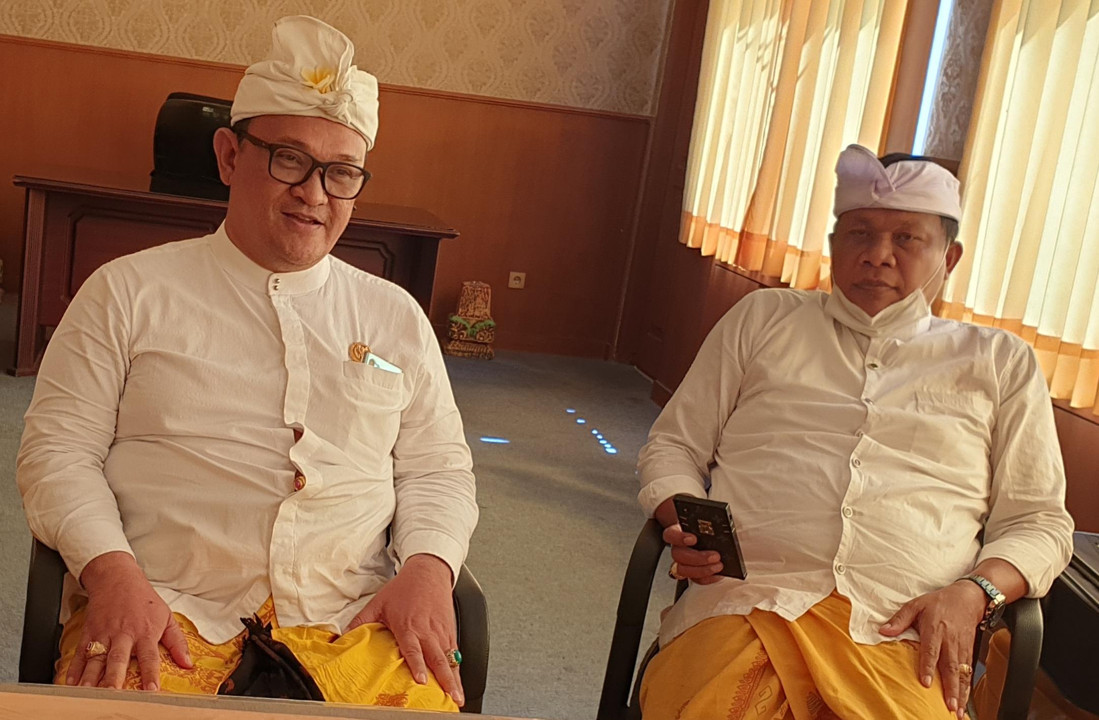 AAN Panji Astika (kiri) didampingi Sekretaris DPD Partai Golkar Bali, Made Dauh Wijana, ketika diwawancara, Jumat (24/7/2020). Dia yakin hegemoni PDIP di Tabanan tidak kekal. Foto: gus hendra