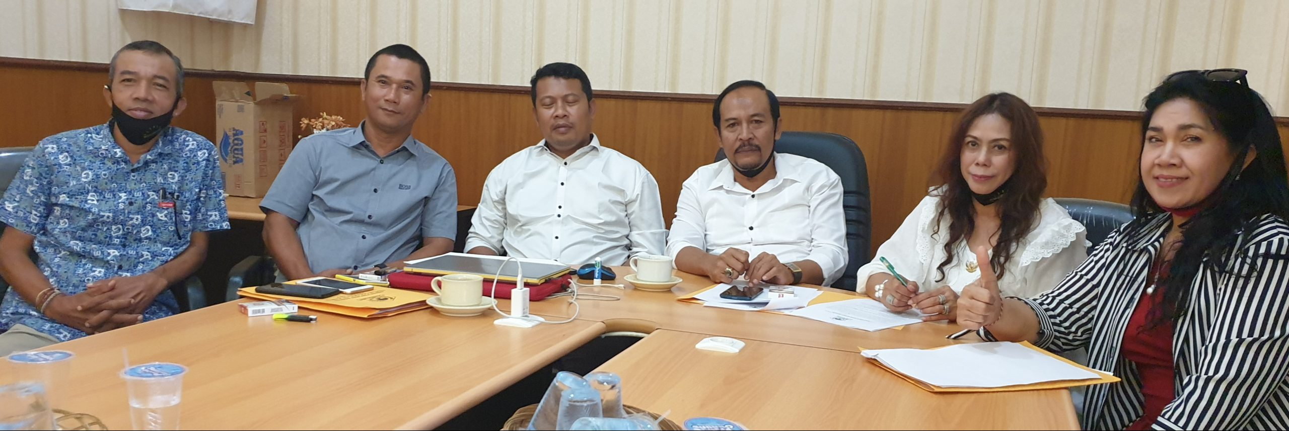 DEWA Suamba Negara (tiga kanan) bersama anggota Tim Verifikasi dan Pencari Fakta DPD Partai Golkar Bali saat memaparkan hasil investigasi masalah internal Golkar Gianyar, Rabu (29/7/2020). Foto: gus hendra