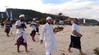 Foto: Bendesa dan Prajuru Desa Adat Kutuh Bersama Pangurus Pantai Pandawa dan Panitia New Normal Pantai Pandawa menggelar ritual Mapakelem di Pantai