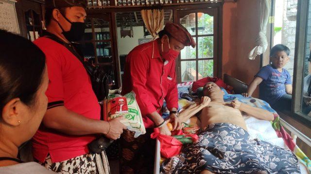Foto: BANTUAN DISABILITAS PENYERAHAN bantuan untuk penyandang disabilitas di Desa Sayan, Ubud. Foto: ist